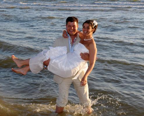 bruidspaar in de zee