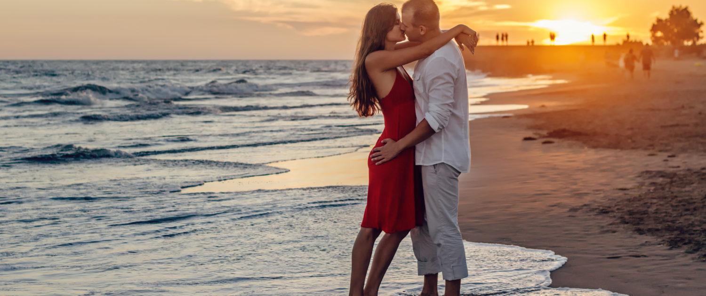 verliefd stel bij ondergaande zon